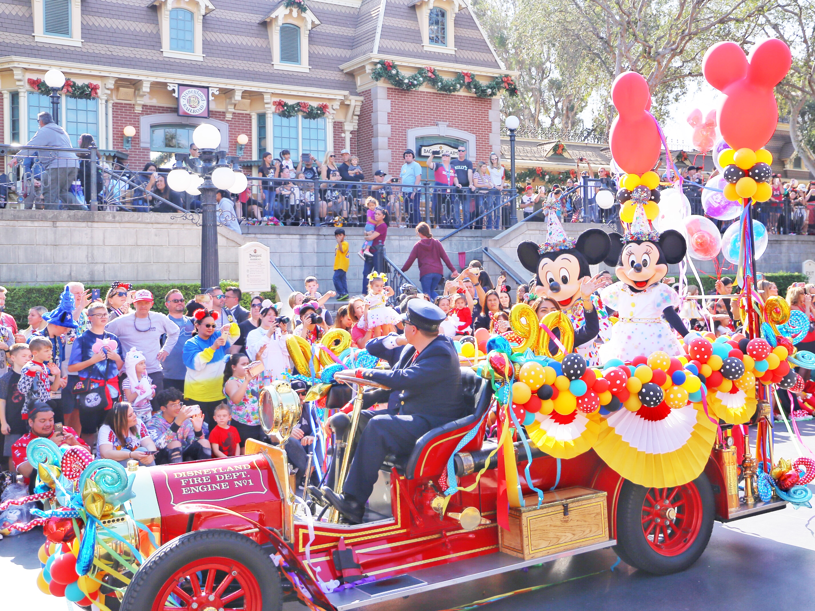 A Magical Celebration of Mickey and Minnie Mouse at Disneyland Park – DAPS VLOG