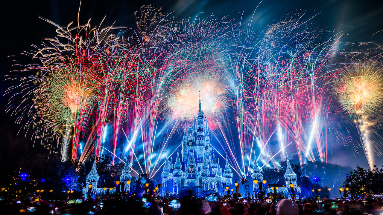 Celebrates With #DisneyParksLIVE as it Streams the Magic Kingdom's New Year's Eve Fireworks!